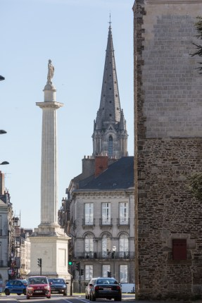 En una columna de 28 m de altura, la estatua de Louis XVI.
