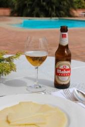 Aperitivo, queso manchego y mi cerveza preferida en España.