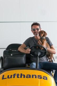 Felices con Lufthansa —nos acompañan: pilot case de Louis Vuitton, gafas Dior, camiseta Ecoalf, vaqueros Levi's, reloj Montblanc y arnés de Mascoboutique—.