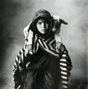 irving_penn_worlds_in_a_small_room_women_management_blog[1]