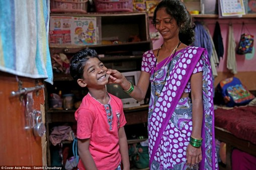 3dea28a600000578-4278336-sunny_pawar_was_welcomed_back_to_his_slum_home_with_garlands_of_-a-35_1488549822235