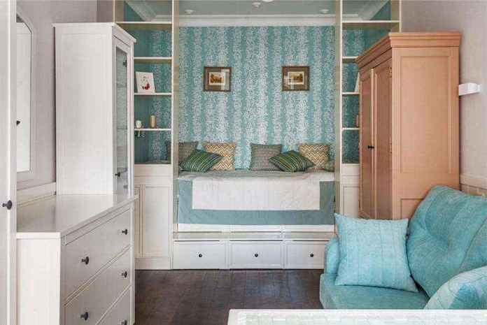 2-1-podium-bed-in-interior-design-peppermint-blue-and-white-girls-room-bedroom-white-furniture-see-through-shelves-chest-of-drawers-sofa-many-storage-areas-1 | Кровати с подиумом в дизайне интерьера: 5 реальных проектов в деталях