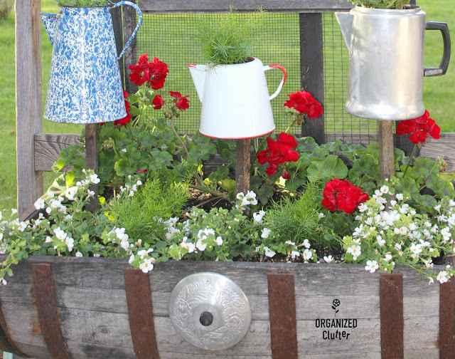 image1-75 | Чудесные цветочные горшки из старых чайников