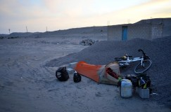 Not the ideal campsite, but close to a gas station, so I could charge my batteries ;-)