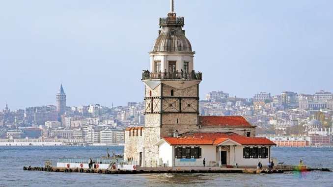 Kız Kulesi ve onu gözetleyen Galata Kulesi / Dök Mimarlık