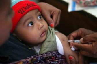 En liten pojke vaccineras mot mässling i Indonesien. UNICEF/Josh Estey