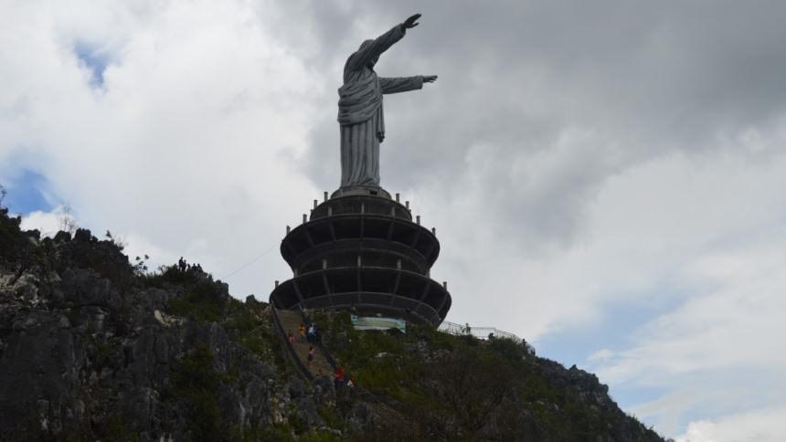 Patung Yesus Toraja Patung Yesus Toraja - Dolan Dolen