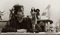 Tim Burton immortalato assieme ai personaggi di Nightmare before Christmas