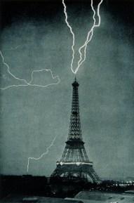 Un fulmine colpisce la cima della Tour Eiffel