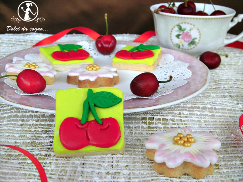 Biscotti con ciliegie in pasta di zucchero