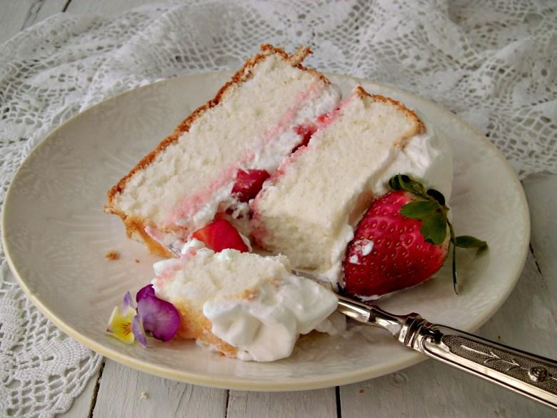 Angel food cake con panna e fragole