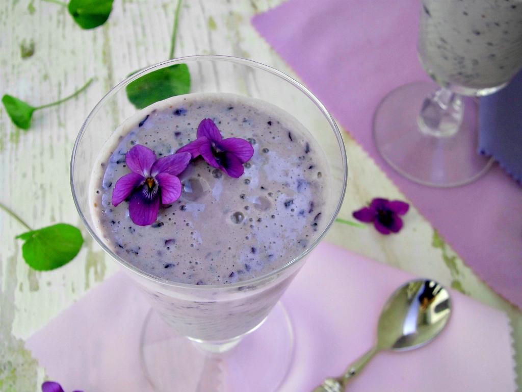 Smoothie con mirtilli e violette, una ricetta fresca e salutare