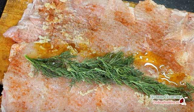 Ruloyu fırın tepsisine parşömenle parlatır. Fetrelary peynirden ince sıkıca sabun serpin. 200 ° C sıcaklıkta 20-25 dakika pişirin.