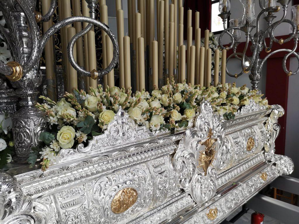 Frontal adornado con nardos y rosas ecuatorianas