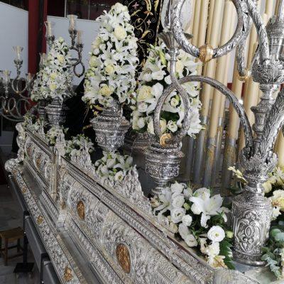 Anforas y crestería adornada con un conjunto de liliums oriental blancos, rosas blancas y lisiantums blancos