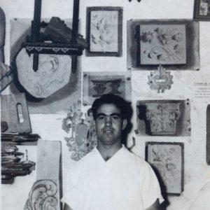 Fotografía del tallista malagueño, Victoriano Pérez Aranda, en su taller de calle Cotrina del barrio de la trinidad. (1935-1981) Foto: Daniel Pérez