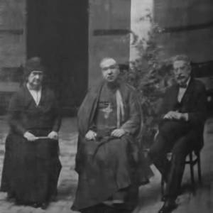 El Obispo de Tuy con Dña. María Moll Sampelayo y el Dr. D José Gálvez Ginachero
