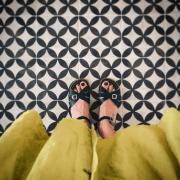schwarze Sandalen und gelbes Kleid