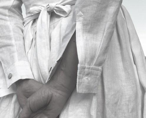 Weißes Kleid Detail verschränkter Hände von hinten