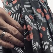 Seitennahttasche bei Kleid mit Kirschenmuster