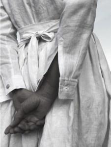 Yasashi Kleid weiß mit Händen am Rücken