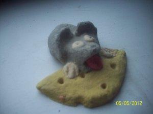 мышка ест сыр