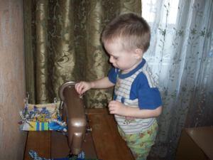 Сынок со швейной машинкой
