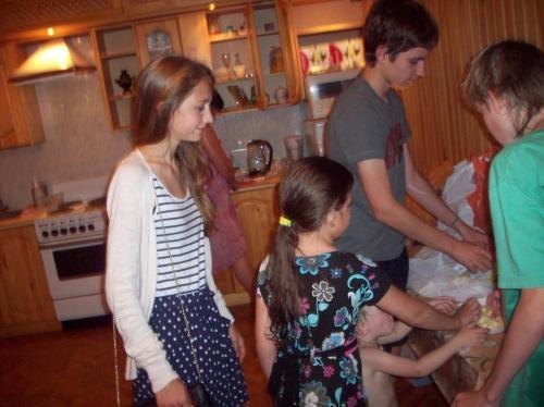 Дети пришли на кухню подкрепиться