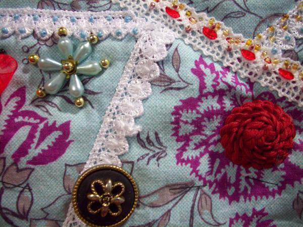 Цветок из бусин, красивая пуговица и роза