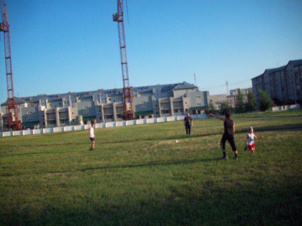 Мальчишки с папой играют в футбол