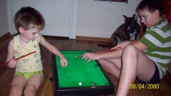 Егор с Даней играют в бильярд