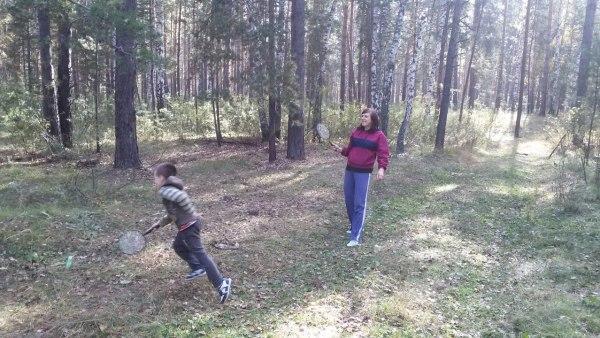 Данька с Матвеем играют в мяч
