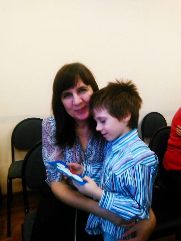 Егор дарит маме поделку на празднике Мам