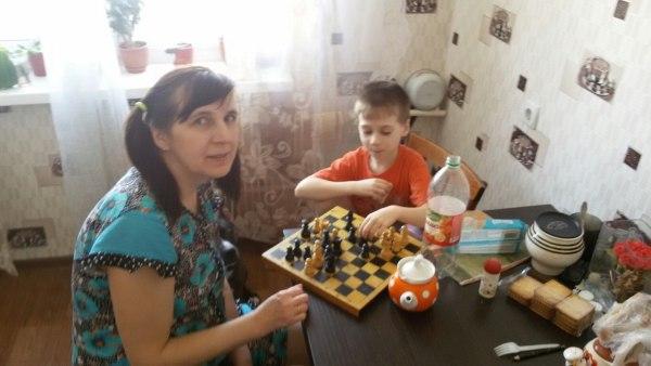Играю с Егором в уголки