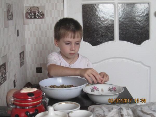 Егор чистит ягоду