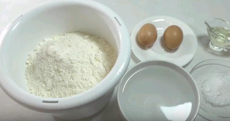 沸騰した水の卵を持つ餃子のカスタード生地を準備する方法