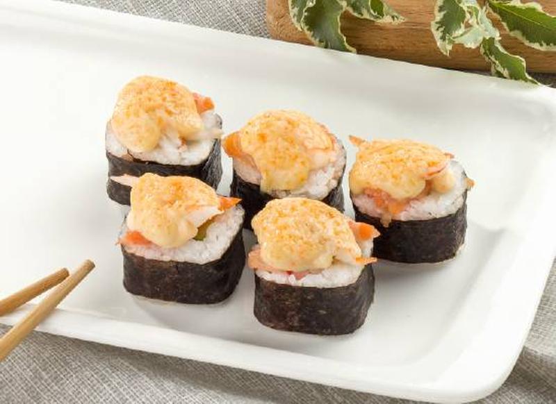 Запеченные роллы своими руками — рецепт с лососем и креветками фото