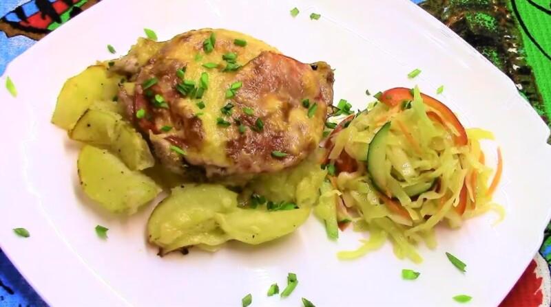 Sườn thịt lợn với khoai tây trong lò nướng - thịt ngon và ngon ngọt với cà chua và phô mai