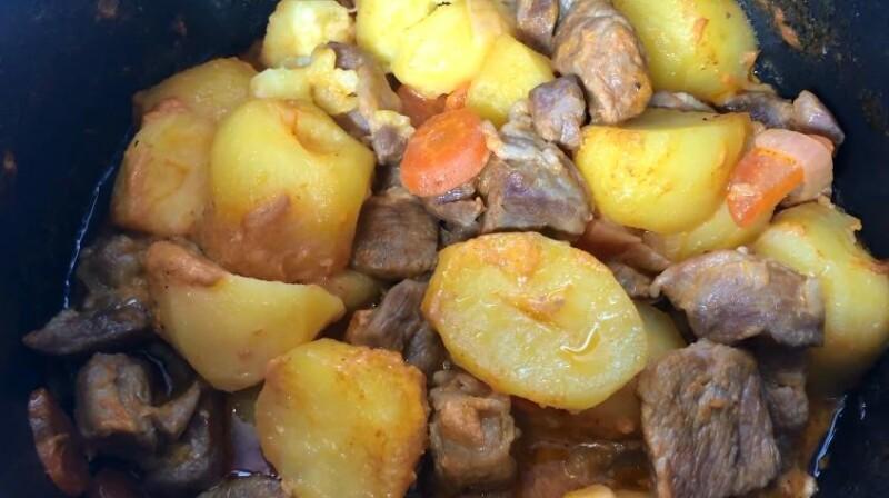 Công thức thịt lợn đơn giản và ngon với khoai tây trong một nồi nấu chậm