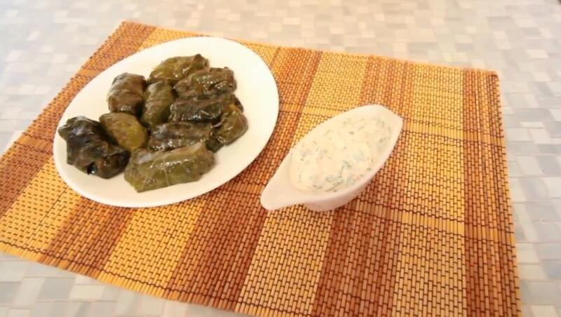 Molho para dólares de creme azedo com alho e verdes - a receita mais deliciosa