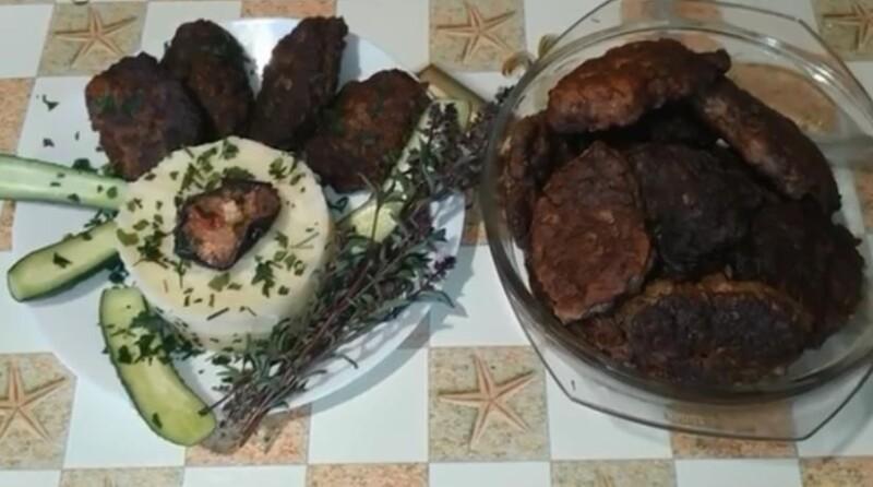 """Es ist möglich, ein Gericht mit Zweige von frischem Grün zu dekorieren. Super Rezept, Vorbereitung für ein oder zwei Vorbereitung, """"Fliegen"""" von der Tabelle noch schneller, mit dem Mayonnaise-Schweinefleisch ist viel sanfter!"""