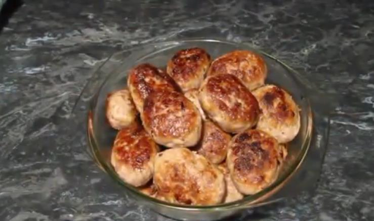 Koteletts mit Braten trug nicht auseinander - Stärke, Güsli-Getreide, Hässliches oder Maismehl, Ei. Dann, ohne die köstlichen Kuchen, werden sie einfach großartig sein!