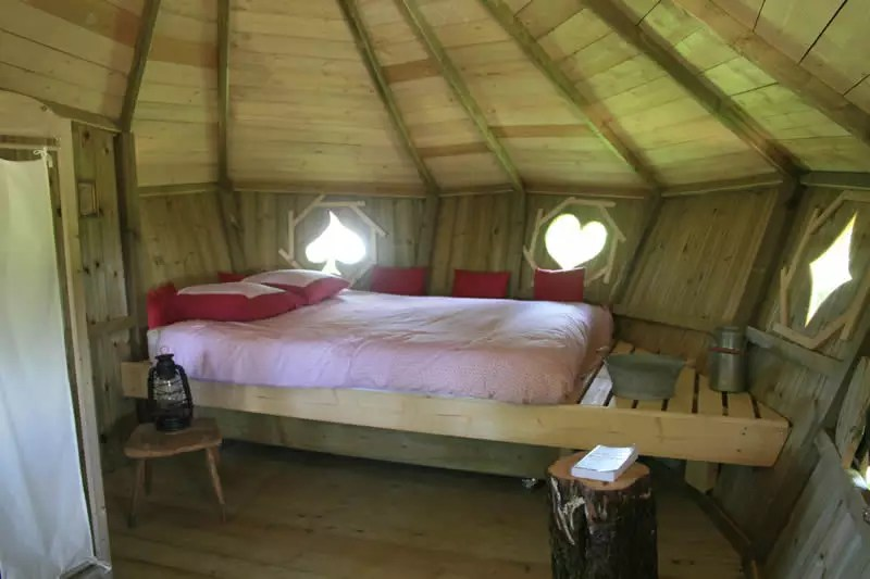 Domaine-des-Vaulx-Cabane-des-Cartes-lit-double