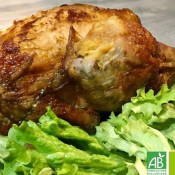 poulet fermier bio, rôti, avec une marinade bio, présenté avec de la salade verte