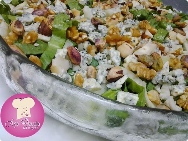 salada de escarola, pistache, gorgonzola, nozes, erva doce, com molho especial
