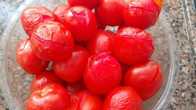 preparando tomate pelado em casa para congelar