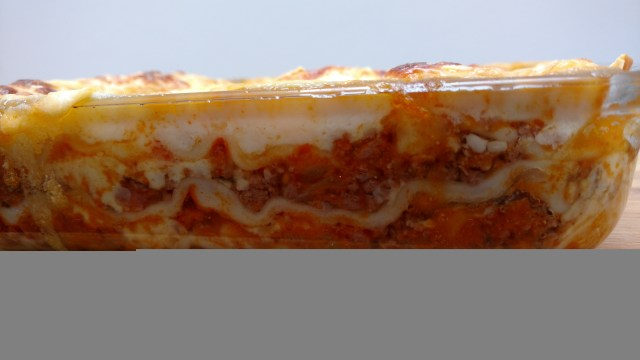lasanha com massa de pastel a bolonhesa