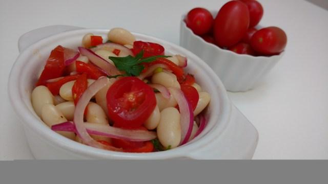 salada de feijão branco com pimentão assado