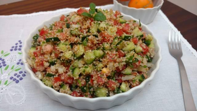 tabule  - salada árabe, com trigo para quibre hidratado