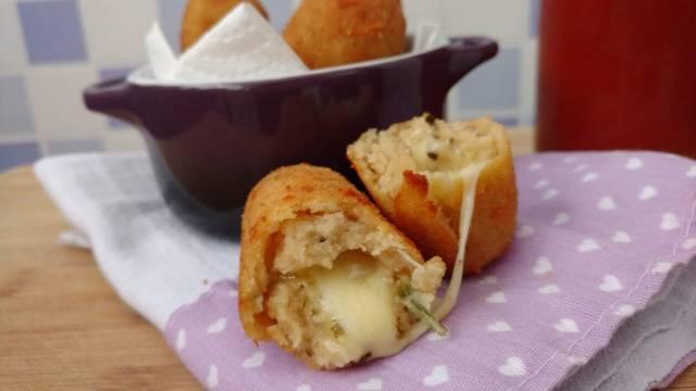 bolinho de feijão branco recheado de queijo